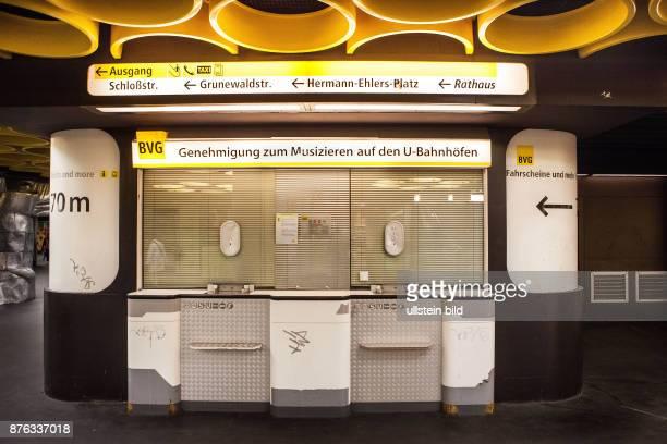 DEU Deutschland Germany Berlin Geschlossene BVGVerkaufsschalter in der Station Rathaus Steglitz an dem sich Musiker eine Genehmigung zum Musizieren...