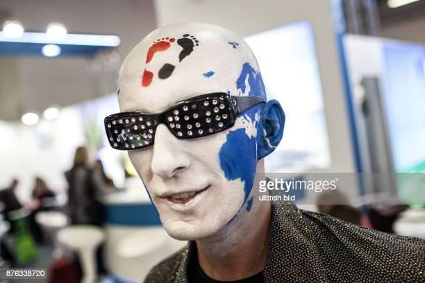 DEU Deutschland Germany Berlin Internationale Tourismusbörse ITB Ein Mann mit bemalten Kopf auf dem die Weltkarte zu sehen ist wirbt für sein...