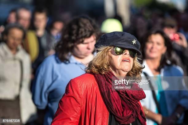 DEU Deutschland Germany Berlin Montagsdemonstration auf dem Potsdamer Platz Demonstrantin mit Mütze und Sonnenbrille