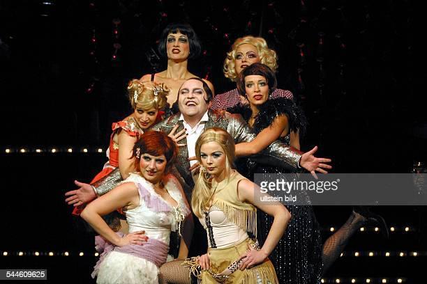 Musical 'Cabaret' von Joe Masteroff John Kander und Fred Ebb St Pauli Theater Regie Ulrich Waller Premiere Gustav Peter Wöhler umringt von den...