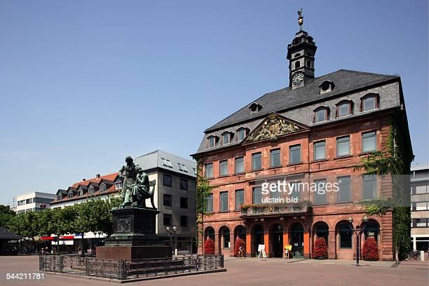 Deutschland Hessen Hanau Blick auf das Rathaus im Vordergrund das Denkmal für Jakob und Wilhelm Grimm