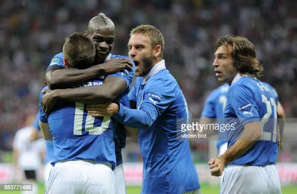 FUSSBALL EUROPAMEISTERSCHAFT Deutschland Italien Antonio Cassano Mario Balotelli Federico Balzaretti und Andrea Pirlo jubel nach dem 01