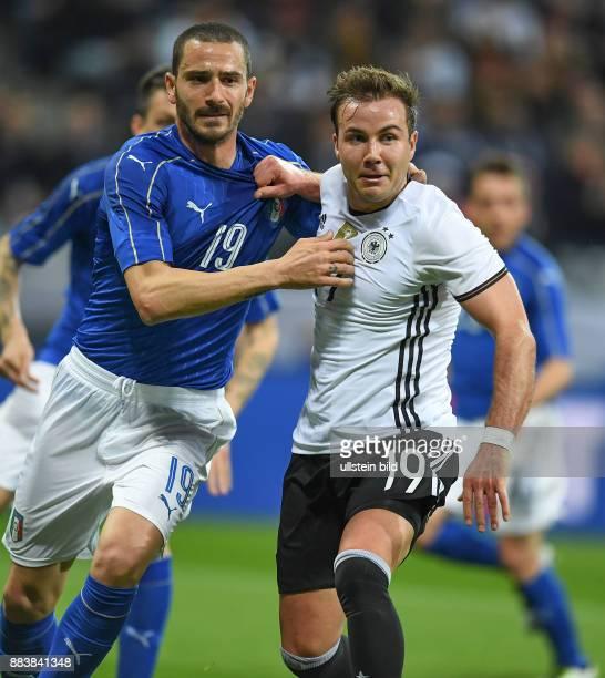 FUSSBALL Deutschland Italien Leonardo Bonucci und Mario Goetze beim Zerrduell