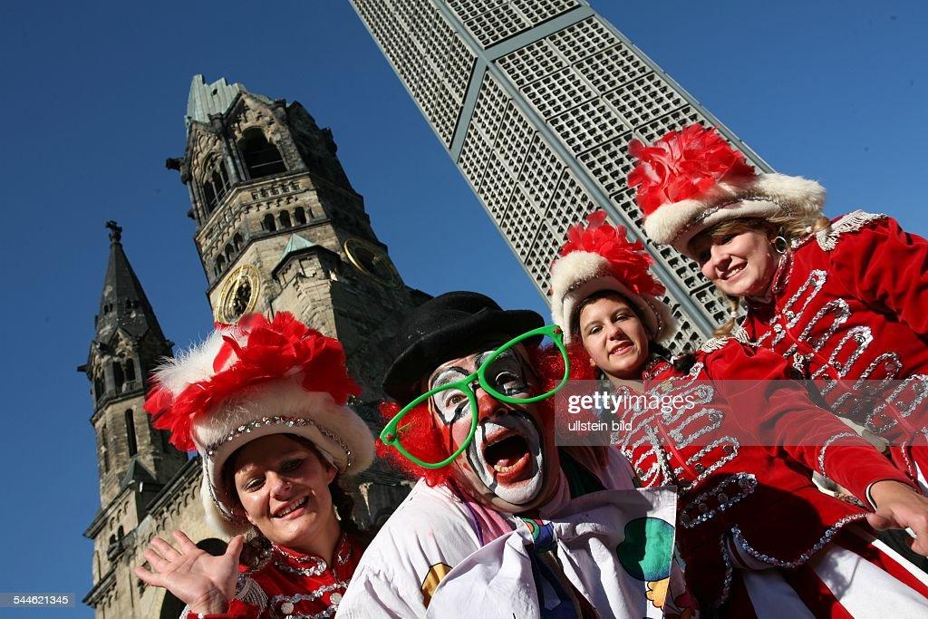 Deutschland Karneval Karnevalsumzug in Berlin Karnevalisten vor der Gedaechtniskirche