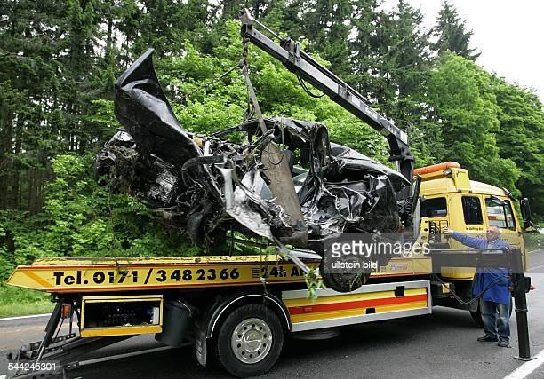 Deutschland MecklenburgVorpommern Ralswiek Das Wrack eines verunglueckten Renault Clio wird an der Unfallstelle auf der Bundestrasse B 96 bei...