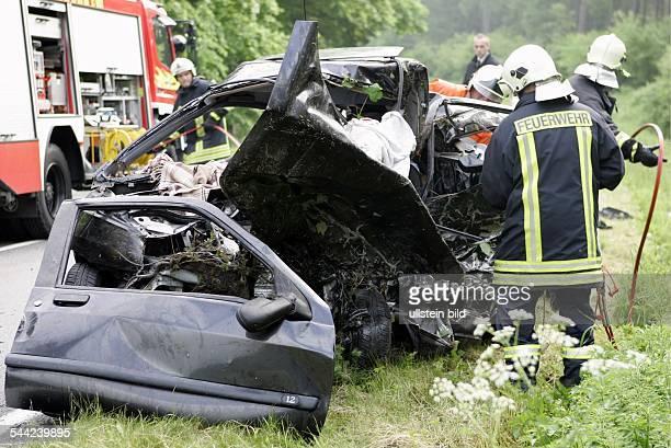 Deutschland MecklenburgVorpommern Ralswiek Feuerwehrmaenner bergen die Toten aus dem Wrack des verunglueckten Renault Clio auf der Bundestrasse B 96...