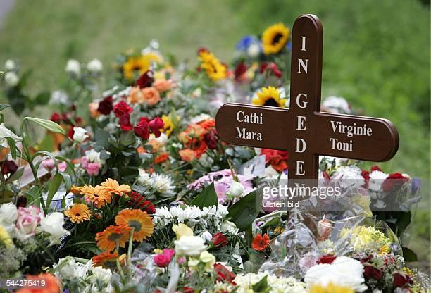 Deutschland MecklenburgVorpommern Verkehrstote Kreuz mit den Opfernamen und Blumen an der Unfallstelle auf der B 96 bei Ralswiek auf Rügen Ein...