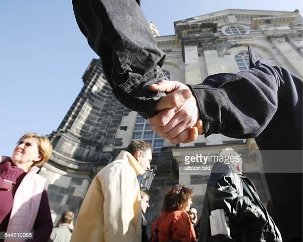 Deutschland Sachsen Dresden FrauenkircheBesucher vor der Kirche waehrend der Einweihungsfeierlichkeiten