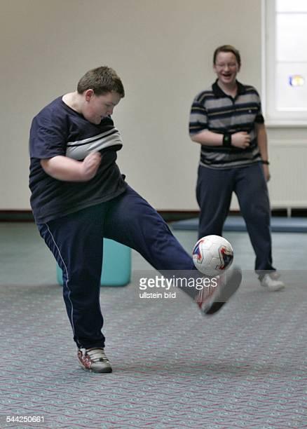 Deutschland Sachsen Kreischa Uebergewichtige Jugendliche beim Adipositas Sport Fussballspiel Rehazentrum fuer Jugendliche mit Uebergewicht Klinik...