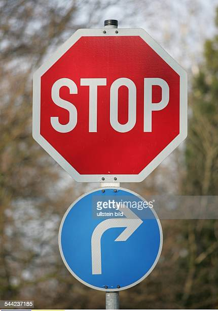 Deutschland Verkehrsschilder STOPSchild Pfeil blau rechts abbiegen