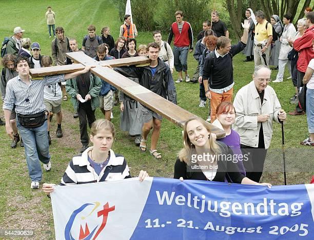 Deutschland WOLFSBURGUNKERODA einen Monat vor Beginn des XX Weltjugendtages pilgern Glaeubige unter ihnen der Koelner Kardinal Joachim Meisner rechts...