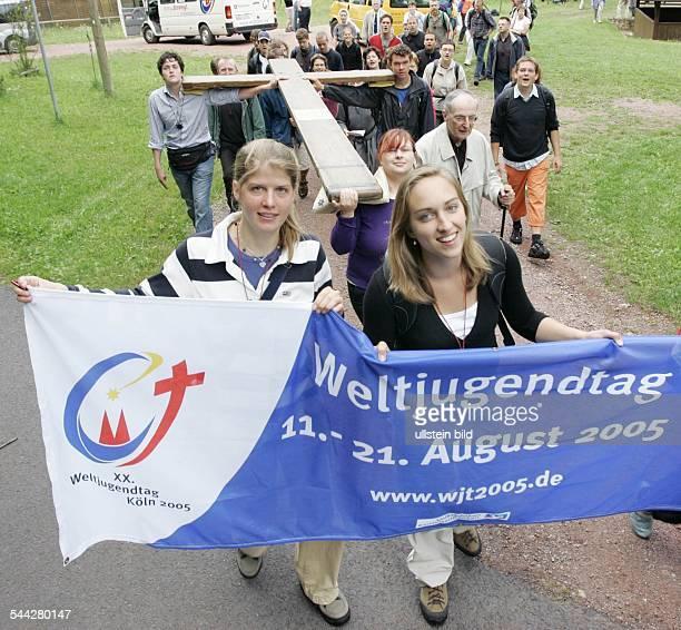 Deutschland WOLFSBURGUNKERODA Knapp einen Monat vor Beginn des XX Weltjugendtages pilgern Glaeubige mit dem Weltjugendtagskreuz im thueringischen...