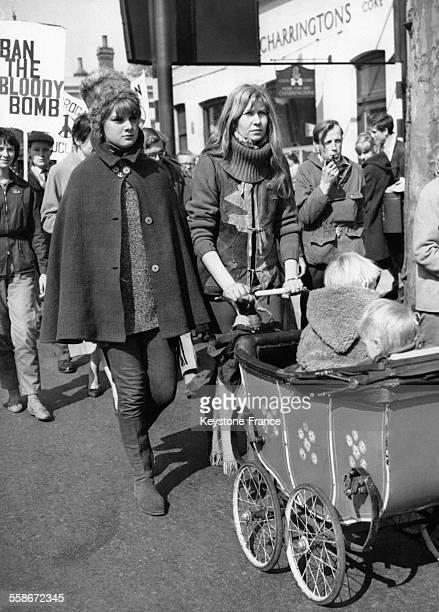 Deux femmes et leurs jeunes enfants dans un landau se rendent à Trafalgar Square afin de manifester contre l'armement nucléaire le 18 avril 1960 à...