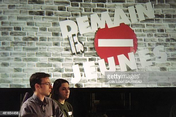 Deux jeunes arrivent le 28 mars 1994 dans un studio de la Plaine SaintDenis pour participer à l'émission spéciale 'Demain les jeunes' présentée par...