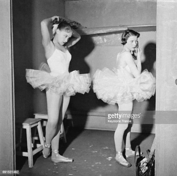 Deux jeunes danseuses dans la coulisse se préparent avant de passer l'examen à Paris France le 25 mars 1953