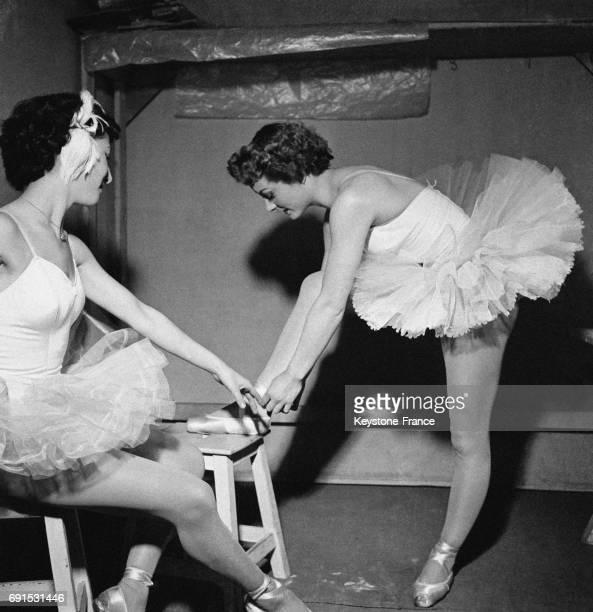Deux jeunes danseuses se préparent en coulisse avant de monter sur scène à Paris France le 25 mars 1953