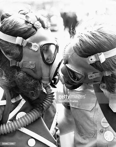 Deux jeunes gens essaient de s'embrasser avec des masques à gaz lors de la marche de protestation contre la pollution dans le cadre du 'Earth Day' le...