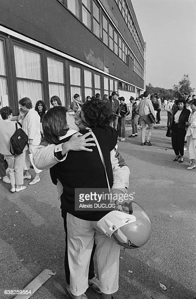 Deux lycéens s'embrassent dans la cour de récréation le jour de la rentrée le 9 septembre 1985 à Vernon France