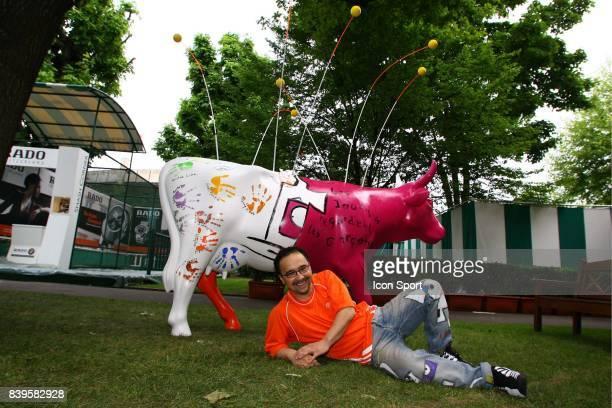 VANLUC devant la vache Roland Garros 2006 La Vach'art est un concours d'art Contemporain au benefice d'oeuvres caritatives Apres New York Las Vegas...