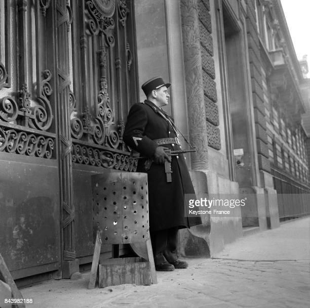 Devant le ministère des armées l'administration a fait installer un brasero pour les factionnaires suite au froid très vif qui sévit à Paris France...