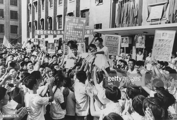 Devant un grand lycée de Pékin une foule d'étudiants recevant avec enthousisme le livre de Mao le 12 septembre 1966 Chine