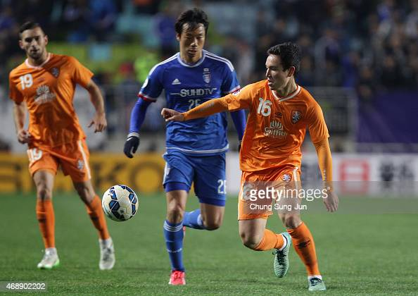Devante Clut of Brisbane Roar compete for the ball with Yeom KiHun of Suwon Samsung FC during the AFC Champions League Group G match between Suwon...