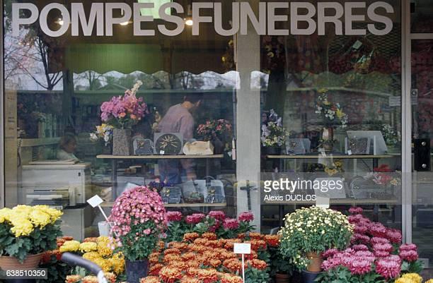 Devanture d'un magasin de pompes funèbres le 29 octobre 1992 à Paris France