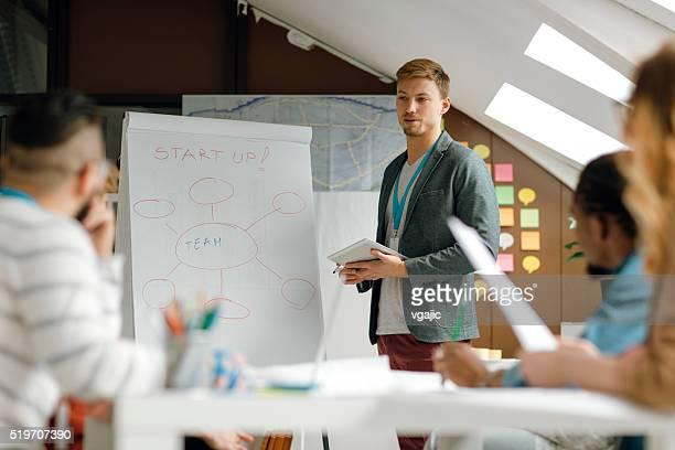 Promoteur démarrage présentation d'affaires dans leur bureau.