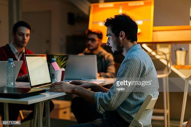 Entwickler Brainstorming in Ihrem Büro.