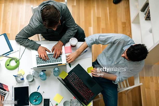 Promoteurs travaillant dans leur bureau.