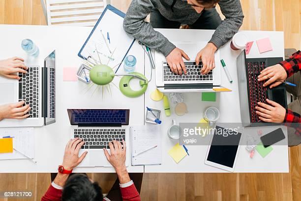 開発会社で、オフィスで働くます。