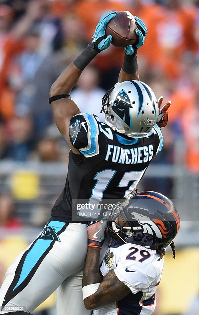 Devin Fuchness (L) of the Carolina Panthers catches the ball before Bradley Roby (R) of the Denver Broncos during Super Bowl 50 at Levi's Stadium in Santa Clara, California February 7, 2016. / AFP / TIMOTHY A. CLARY