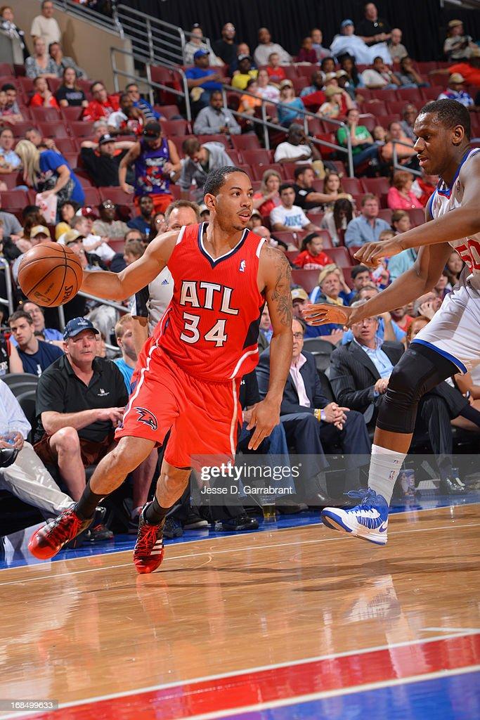 Devin Harris #34 of the Atlanta Hawks drives to the basket against the Philadelphia 76ers at the Wells Fargo Center on April 10, 2013 in Philadelphia, Pennsylvania.