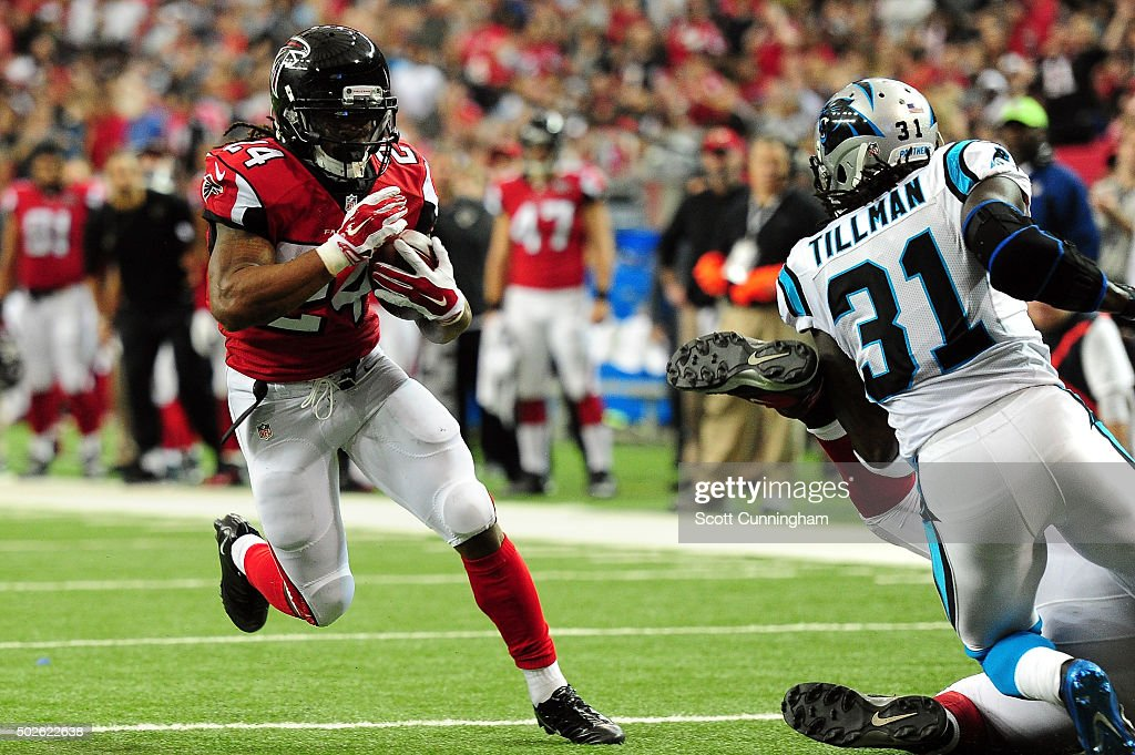 Devonta Freeman #24 of the Atlanta Falcorns uns for a touchdown during the first half against the Carolina Panthers at the Georgia Dome on December 27, 2015 in Atlanta, Georgia.