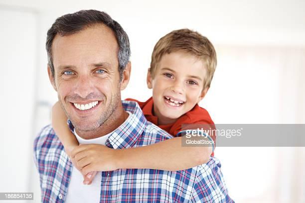 Consacré père et son fils en admirant