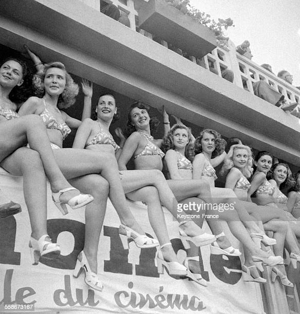 Défilé des mannequins pour le prix de la plus jolie baigneuse lors de la fête de l'eau à la piscine Molitor à Paris France le 20 juin 1947