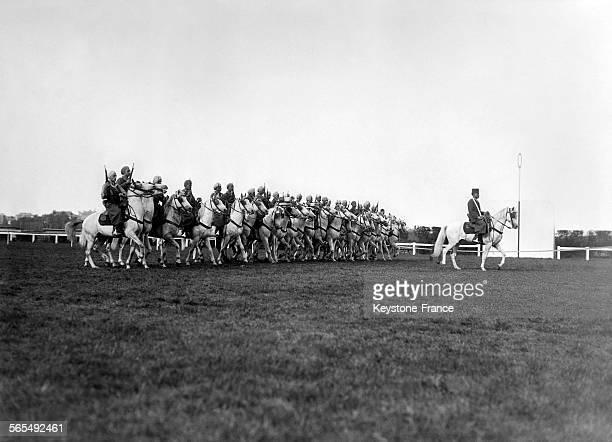 Défilé des Spahis marocains lors de la répétition du gala hippique en faveur des déportés de l'amicale de Dachau à l'hippodrome de SaintCloud France...