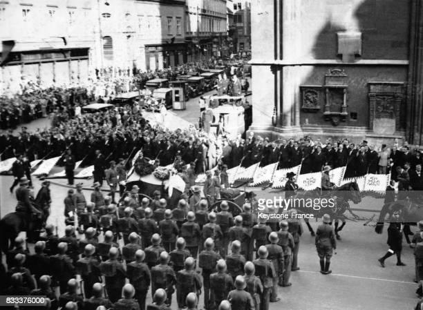 Défilé du corbillard dans les rues de Vienne Autriche en juillet 1934