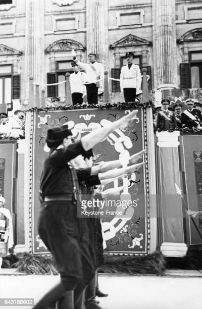 Défilé du Front de la Jeunesse devant le Général Franco circa 1940 en Espagne