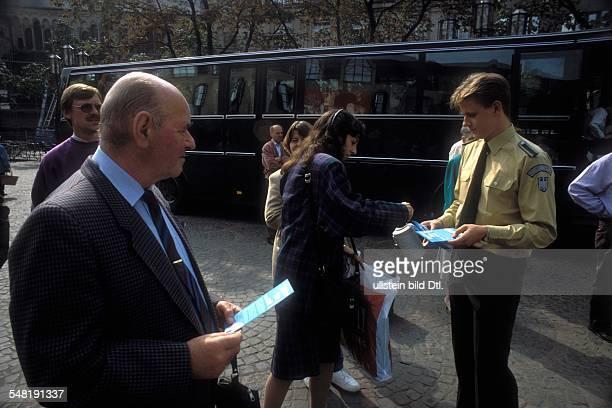 Dia Polizist vom Bundesgrenzschutz sammelt Spenden für die Hilfsorganisation Weißer Ring in Bonn 1992