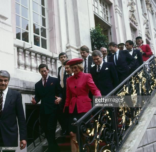 Dia*Princess of Wales GBBesuch in Bonn Diana mit ihrem Ehemann Prinz Charles Prince of Wales auf der Treppe des Rathauses in Bonn