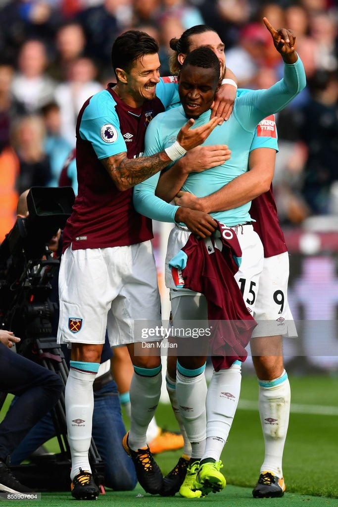 Diafra Sakho of West Ham United celebrates scoring the opening goal with his team mates during the Premier League match between West Ham United and Swansea City at London Stadium on September 30, 2017 in London, England.