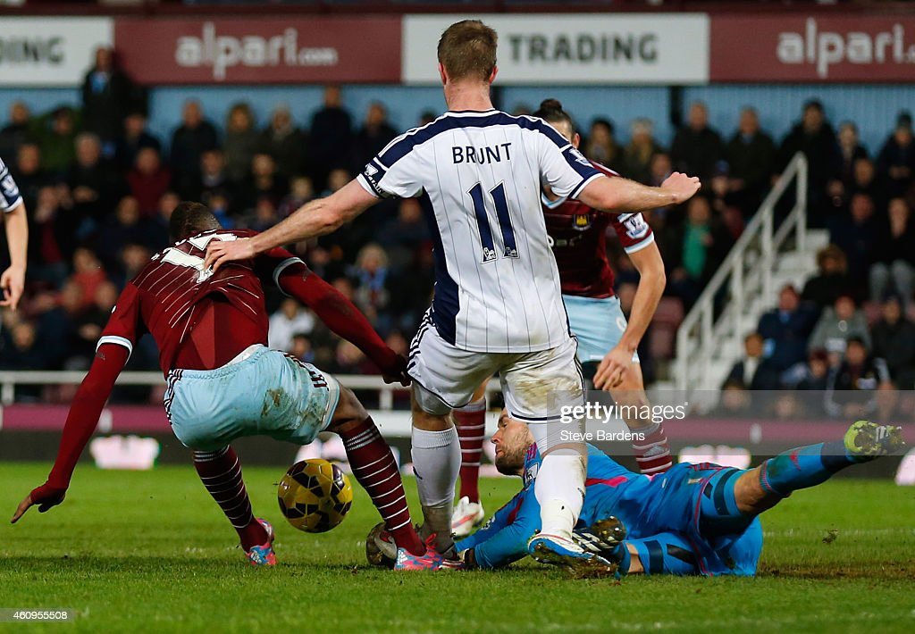 <a gi-track='captionPersonalityLinkClicked' href=/galleries/search?phrase=Diafra+Sakho&family=editorial&specificpeople=6690415 ng-click='$event.stopPropagation()'>Diafra Sakho</a> of West Ham United (L) is foiled by goalkeeper <a gi-track='captionPersonalityLinkClicked' href=/galleries/search?phrase=Ben+Foster+-+Jugador+de+f%C3%BAtbol&family=editorial&specificpeople=5333104 ng-click='$event.stopPropagation()'>Ben Foster</a> of West Bromwich Albion (R) during the Barclays Premier League match between West Ham United and West Bromwich Albion at Boleyn Ground on January 1, 2015 in London, England.