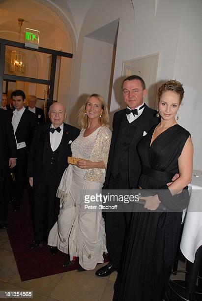 Diana Körner li daneben Lebensgefährte Erich Müller Schwiegersohn Heiner Pollert Tochter LaraJoy Körner VIPEmpfangvor der Gala 'Semper Opernball'...
