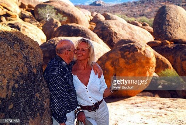 Diana Körner mit Lebengefährte ErichMüller Winhoek/Namibia/AfrikaAmeibWüste Urlaub SAT1Serie 'HalloOnkel Doc'