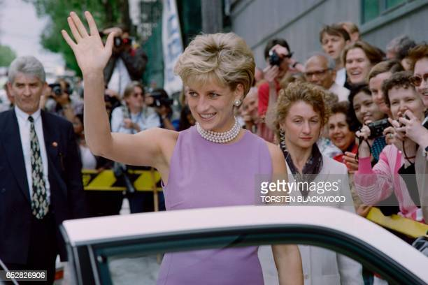 Diana Princess of Wales waves to the public as she leaves the Victor Chang Cardiac Research Institute in Sydney on November 1 1996 Diana is in Sydney...