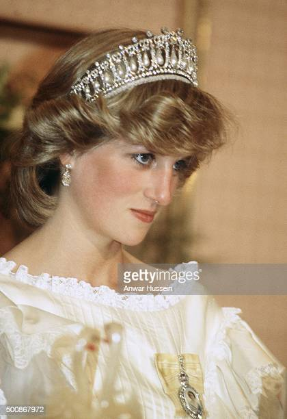 Diana Princess of Wales wears the Cambridge Lover's Knot tiara and diamond earrings during a banquet on April 29 1983 in Aukland New Zealand...