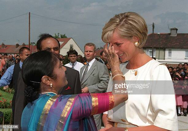 Dianaprincess Of Wales Receiving A Traditional Welcome Whilst Visiting The Shri Swaminarayan Mandir Hindu Temple In Neasden London Nw10 The Princess...