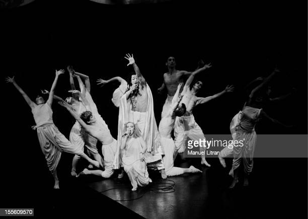 Diane Dufresne and Roddy Julienne surrounded by dancers on the stage of the Palais des Congres in PARIS in the rock opera 'Starsailor' by Michel...