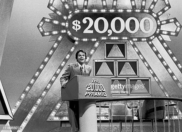 dick-clark-hosting-game-show-20000-pyramid-during-dick-clark-hosts-picture-id111595501?s=612x612
